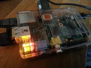 Raspberry Pi dans son boîtier, avec plusieurs connecteurs utilisés.