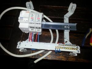 Boîtier électrique avec un disjoncteur différentiel et deux alimentation en courant continu