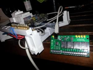 Carte USB-X440 pendouillant au bout du tableau électirque