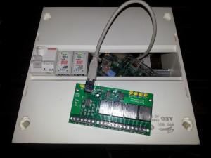 Tableau électrique alimentant le Raspberry Pi et contrôllant une carte de relais via le port USB.