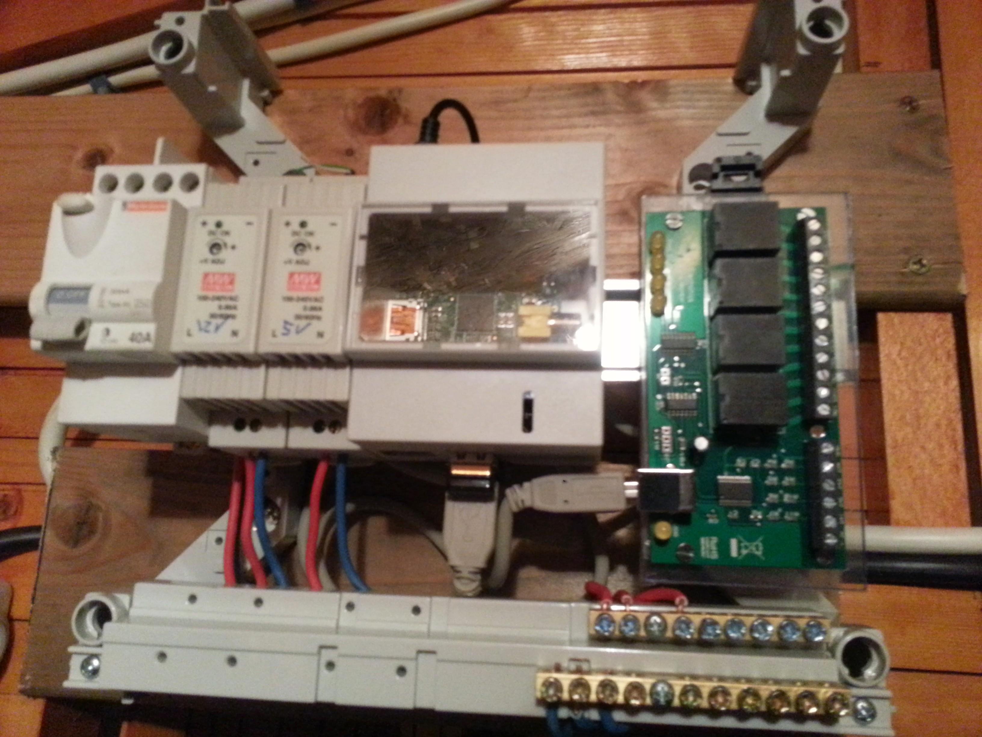 La carte USB-X440 installée dans le boîtier électrique